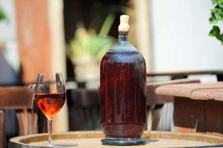 bebidas alcohÓlicas: Vino en botellas viejas en el barril. Foto de archivo