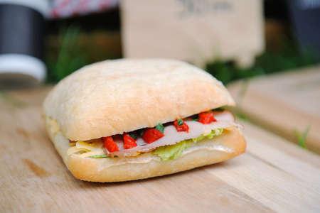 panino: Popular s�ndwich panini italiano con jam�n sobre fondo de madera Foto de archivo