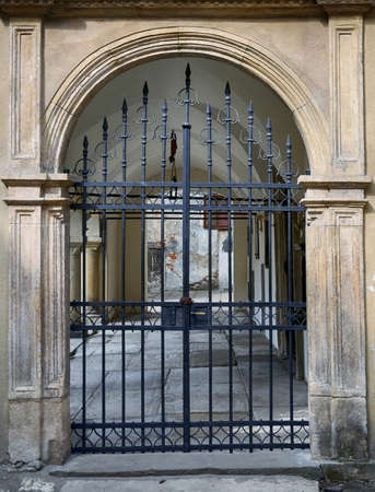 montados puertas de hierro forjado antiguas