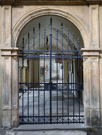 puertas de hierro: old wrought iron gates mounted Foto de archivo