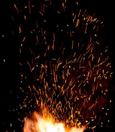 暗い背景に火花のクローズ アップと鍛冶屋火災炎ヒント 写真素材 - 48248022