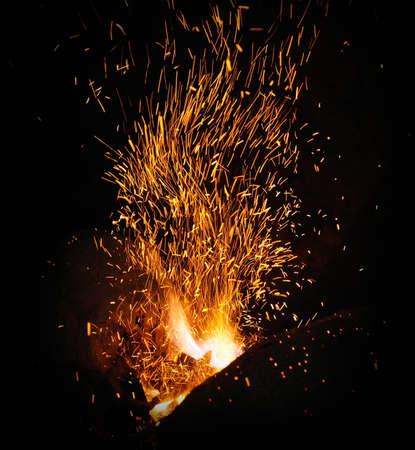 暗い背景に火花のクローズ アップと鍛冶屋火災炎ヒント 写真素材 - 48248044