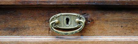 muebles antiguos: manija de bronce del caj�n de un mueble antiguo. Foto de archivo