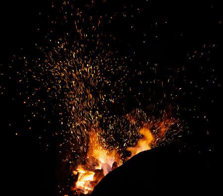暗い背景に火花のクローズ アップと鍛冶屋火災炎ヒント 写真素材 - 48593096