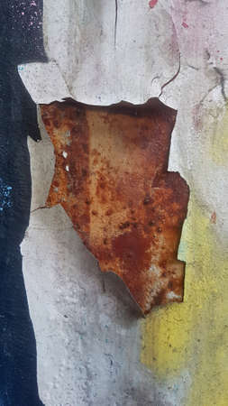 Old weathered paint that separated from rusty metal and peels off Standard-Bild