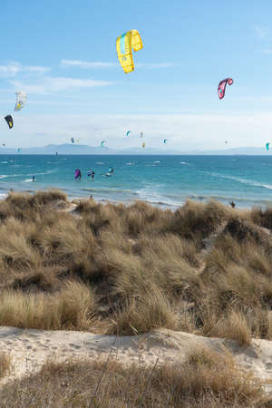 Many kite surfers with their kite parachutes in the air on the beach of Tarifa Standard-Bild - 163310178