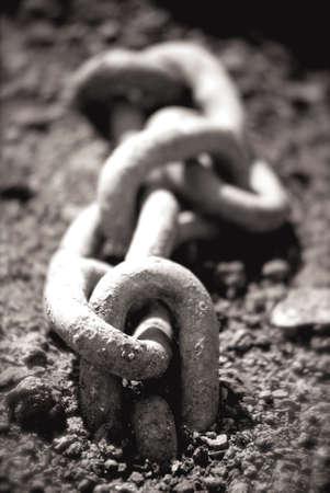 Cadenas en tierra, Blanco y Negro  Foto de archivo - 3270232