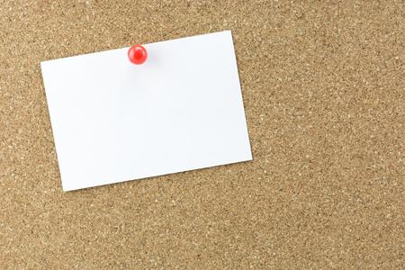 Blanc note de rappel collante sur panneau de liège, l'espace vide pour le texte Banque d'images - 42065768