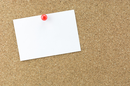 pin board: White reminder sticky note on cork board, empty space for text Stock Photo