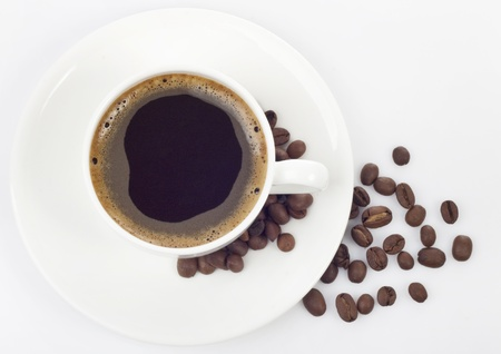 granos de cafe: Caf� negro aislado en blanco para dise�ar