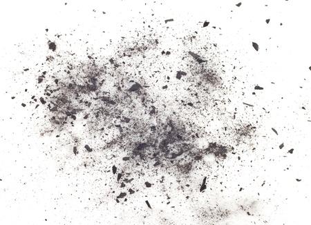 partículas de carbón sobre un fondo blanco. Cosmética de placer Foto de archivo