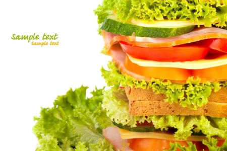 comida rica: Saludable bocadillo de jamón con queso, tomate, pimiento y lechuga