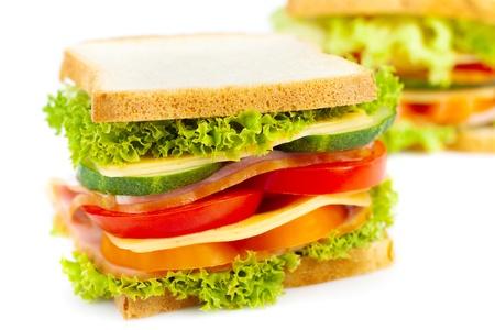 bocadillo: S�ndwich de jam�n con queso sanos, los tomates, el pimiento y la lechuga Foto de archivo