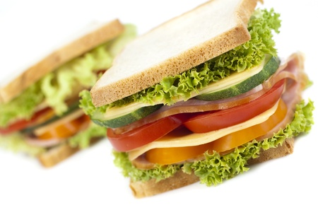 Gezonde ham sandwich met kaas, tomaten, paprika en sla