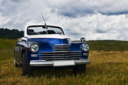 coche antiguo: viejo coche en el campo