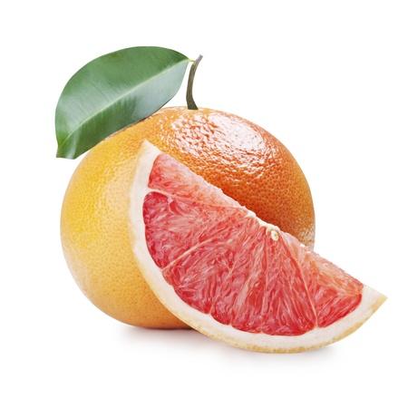pomelo fresco con hojas aisladas sobre fondo blanco
