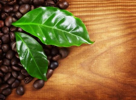 木製の背景の上のコーヒー豆