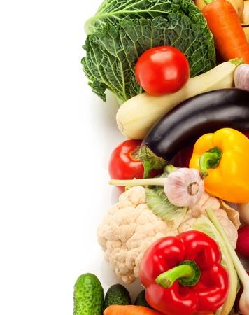 在白色背景上的成熟的新鮮蔬菜