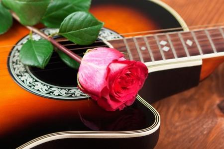 Akustische Gitarre gegen eine alte Scheune Hintergrund Standard-Bild