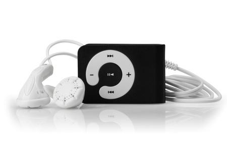 白い背景の上の近代的な MP3 プレーヤー。クローズ アップ。