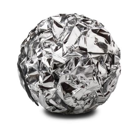 aluminium papier bal geà ¯ soleerd op een witte achtergrond. Uitknippad