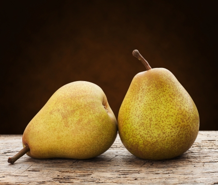 梨: 木製のテーブルの上の緑の梨