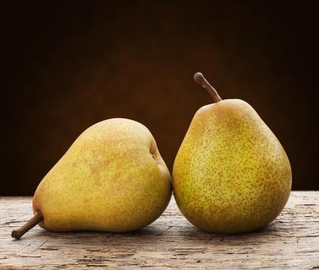 pera: peras verdes en una mesa de madera