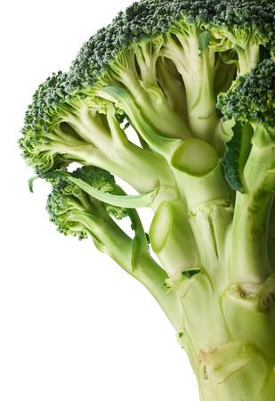 brocoli: fresco brote brócoli verde en el fondo blanco