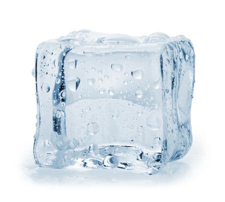 白い背景の上のアイス キューブ。クリッピング パス