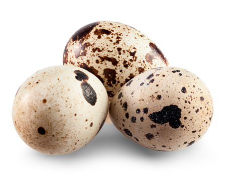Quail eggs geïsoleerd op een witte achtergrond. Knippenpad