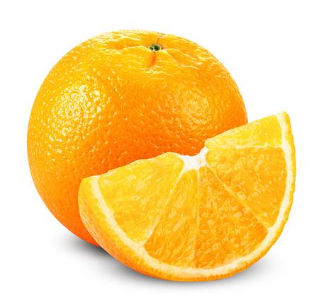 naranja: Frutas de color naranja con rodajas aisladas sobre fondo blanco. Trazado de recorte