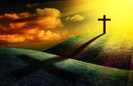あなたのデザインの夕日を背景にキリスト教の十字