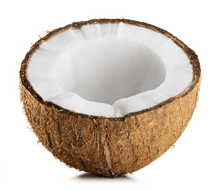 fruta tropical: La mitad de coco aislado en un fondo blanco