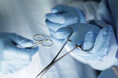 Chirurg s handen in de chirurgie