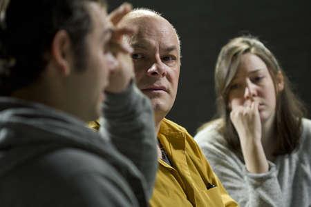 terapia grupal: Hombre joven llorando a dar su testimonio