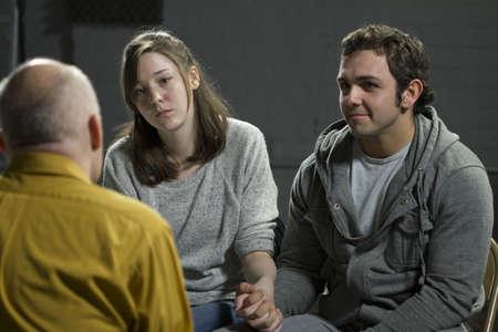 terapia de grupo: Joven pareja en la terapia de pareja