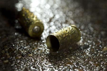 crime scene: Dos casquillos de bala en un día lluvioso