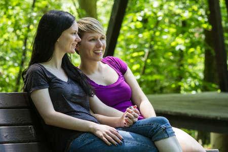 lesbianas: Novias en un banco del parque, horizontal Foto de archivo