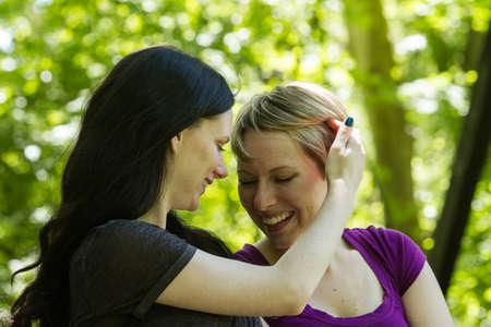 Mujer cepillarse el pelo en movimiento su novia s, horizontal