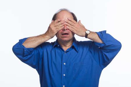 ojos vendados: Hombre mayor que cubre los ojos, horizontal Foto de archivo