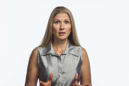 avergonzado: Mujer rubia en estado de shock, horizontal