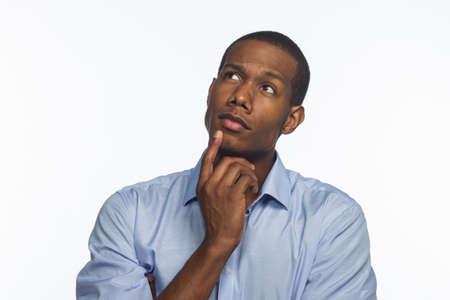 Young African American Mann denken und Nachschlagen, horizontal Standard-Bild