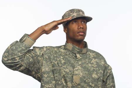 Jonge zwarte militair salueren horizontale Stockfoto