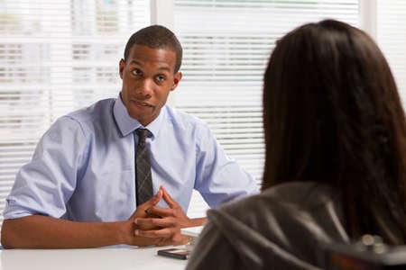 クライアント、水平とデスクでアフリカ系アメリカ人のビジネスマン