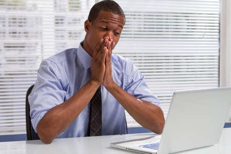 Afro-Amerikaanse zakenman nerveus en kijken naar de computer, horizontaal Stockfoto
