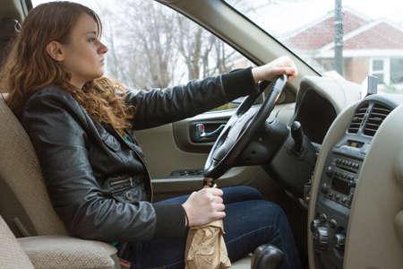alcoholismo: Mujer beber y conducir joven, horizontal