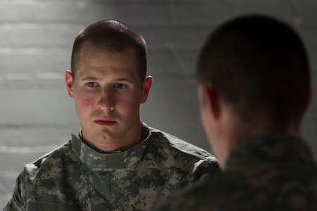 peer to peer: Soldado TEPT, siendo consolado por el par, horizontal