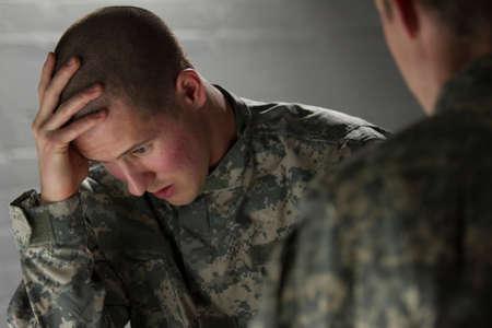 peer to peer: Soldado triste, siendo consolado por el par, horizontal