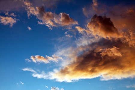 einige stürmischen Wolken trat in hellen Himmel