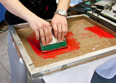 industria tessile: serigrafia manuale - stampa a mano t-shirts Editoriali